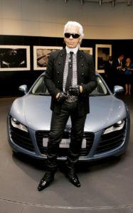 Карл Лагерфельд возле автомобиля Audi R8 by Karl Lagerfeld в Нью-Йорке, 12 мая 2007 г.