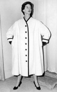 «Megeve», белое шерстяное пальто с черной отделкой из коллекции Spring Styles at Christian Dior London, 7 декабря 1953 г.