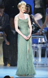 Мелани Гриффит представляет Антонио Бандераса и актерский состав спектакля «Nine The Musical» в рамках 57-й церемонии вручения премии «Тони», 8 июня 2003 г.