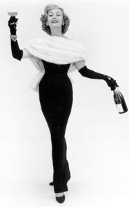 Модель Dior Джин Доуни (княгиня Голицына) позирует с шампанским и мехами в Музее Виктории и Альберта, 1956 г.