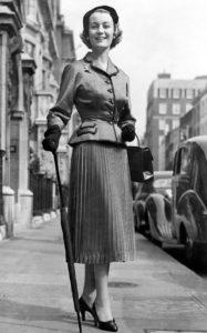 Модель Dior Джин Доуни (княгиня Голицына) в парчовом костюме Black Diamond в Лондоне, перед отъездом на скачки в Эпсом, 4 июня 1954 г.