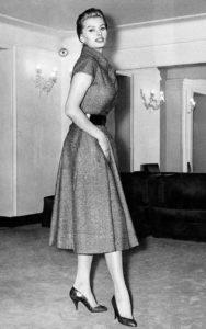 Софи Лорен примеряет платье Christian Dior «New Line» в магазине в Риме, Италия, 6 февраля 1956 г.