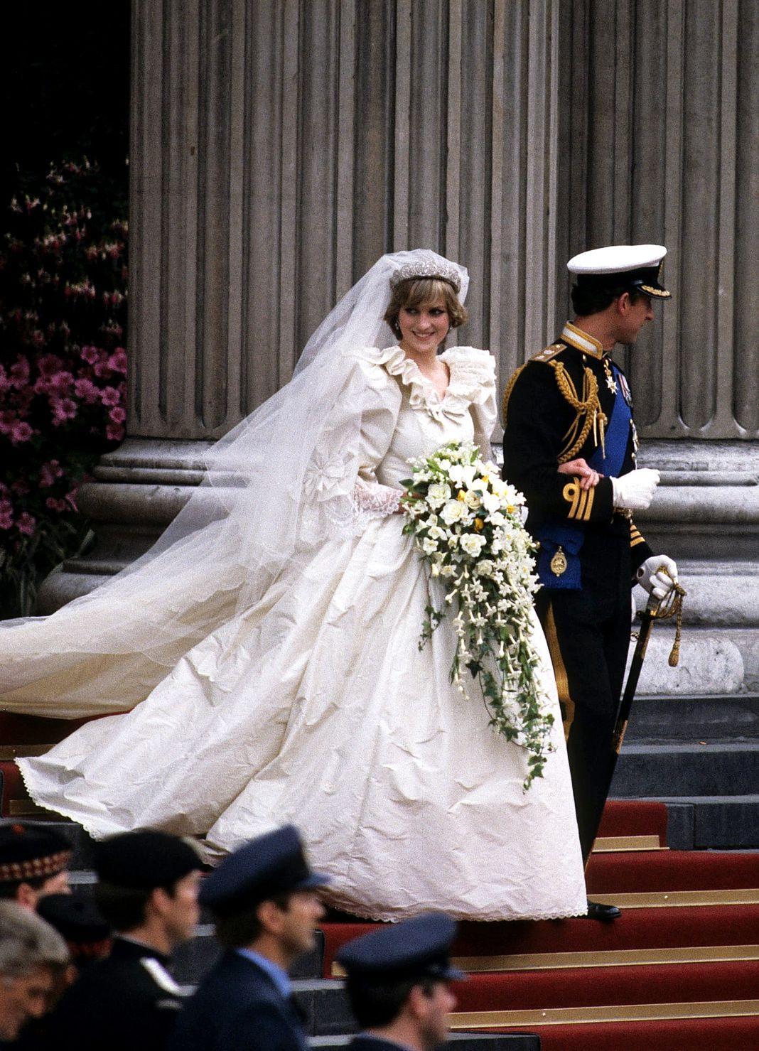 Чарльз, принц Уэльский, и Диана, принцесса Уэльская, в свадебном платье, созданном Дэвидом и Элизабет Эмануэль, покидают собор Святого Павла