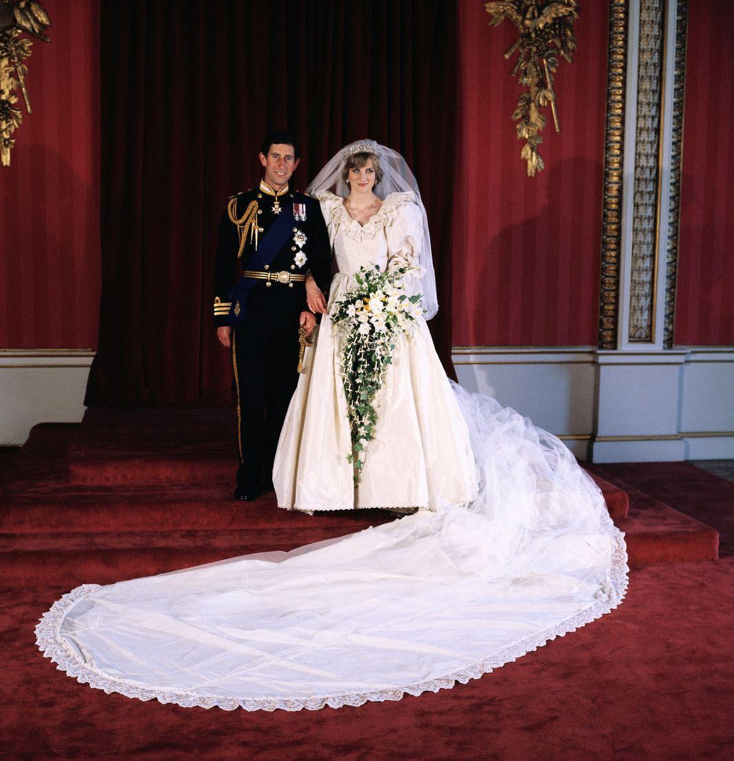 Диана, принцесса Уэльская и принц Чарльз позируют для официальной свадебной фотографии в Букингемском дворце