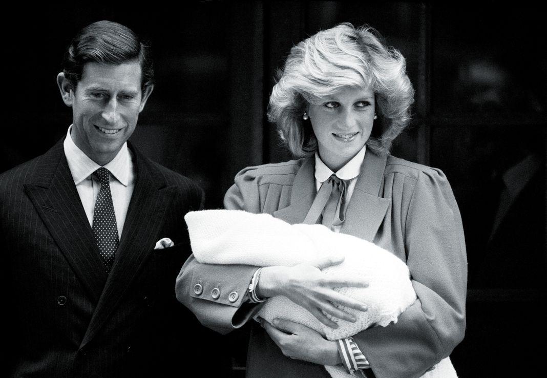 Диана, принцесса Уэльская и принц Чарльз с новорожденным принцем Гарри, покидают больницу Святой Марии