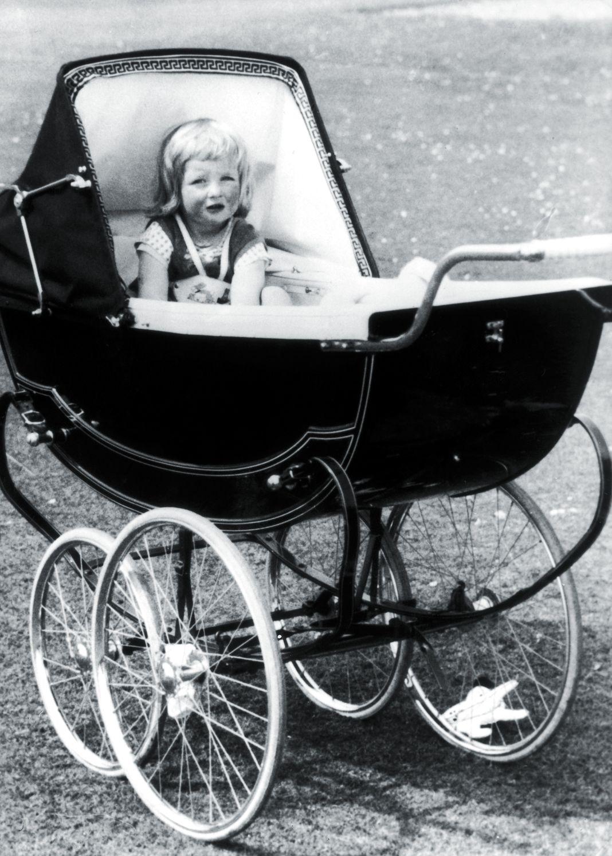 Юная Диана в своей коляске в Park House