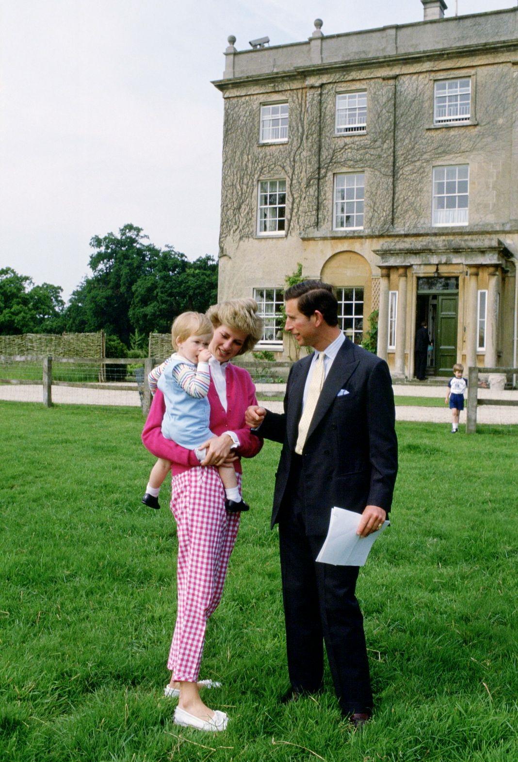 Королевская чета присматривает за своим сыном возле их дома
