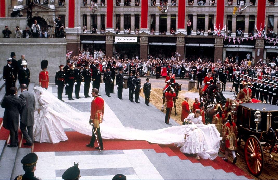 Леди Диана поднимается по лестнице со своим отцом, графом Спенсером, в собор Святого Павла на свадьбе с принцем Чарльзом.