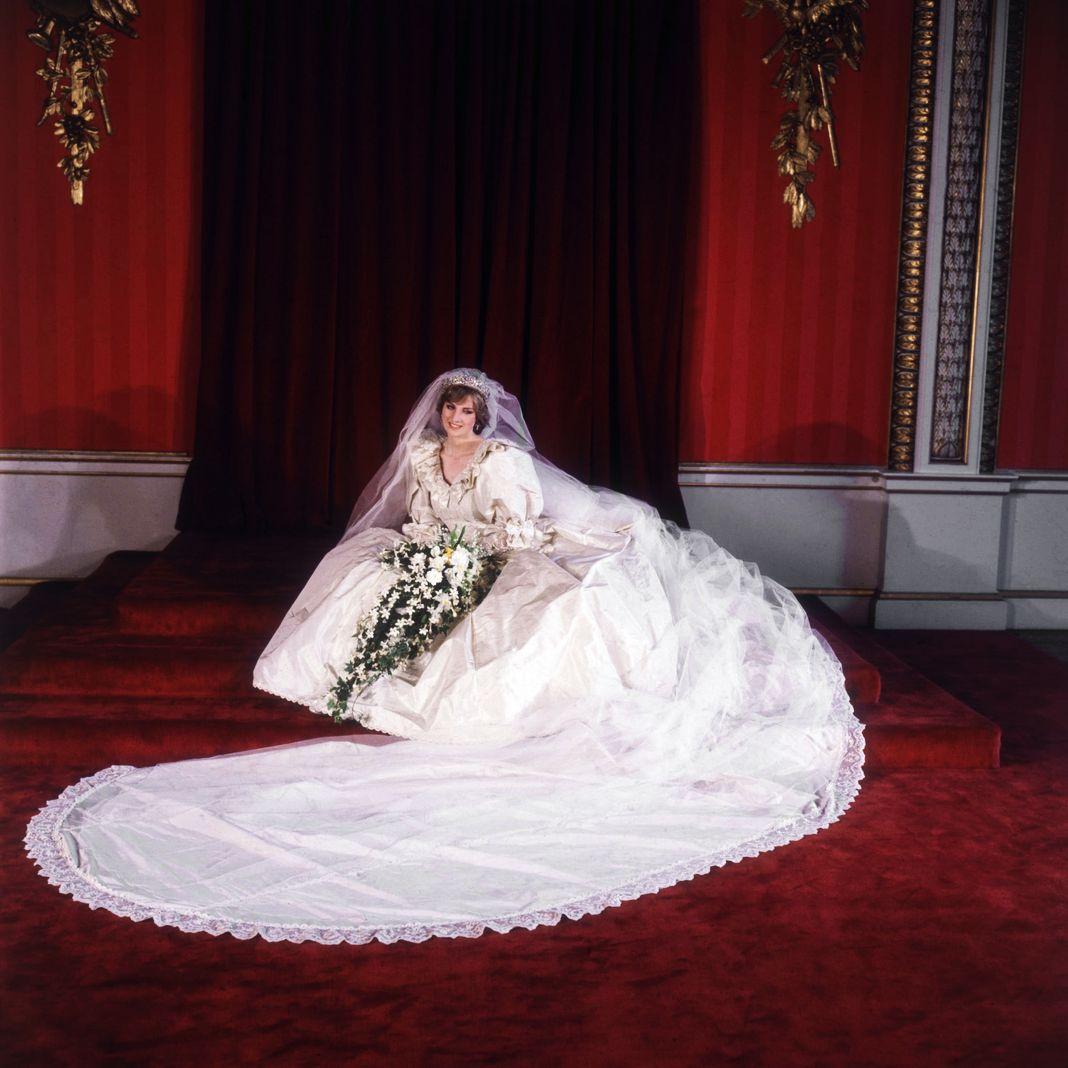 Официальный портрет леди Дианы Спенсер в свадебном платье