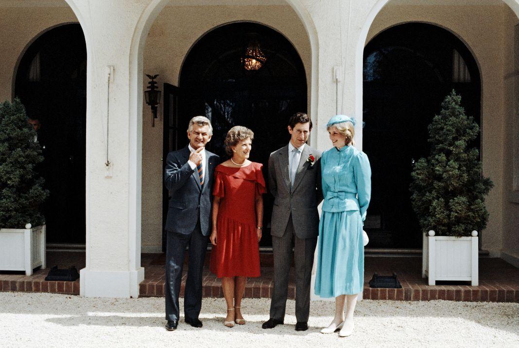 Премьер-министр Австралии Боб Хоук с женой Хейзел, принц и принцесса Уэльские перед Домом правительства