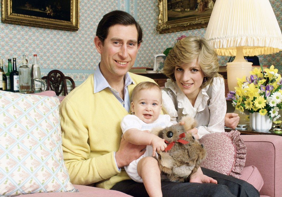 Принц и принцесса Уэльские держат младенца принца Уильяма