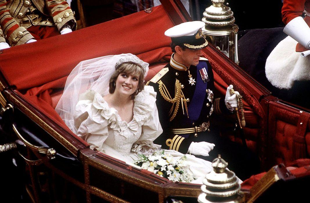 Принц и принцесса Уэльские возвращаются в Букингемский дворец после церемонии