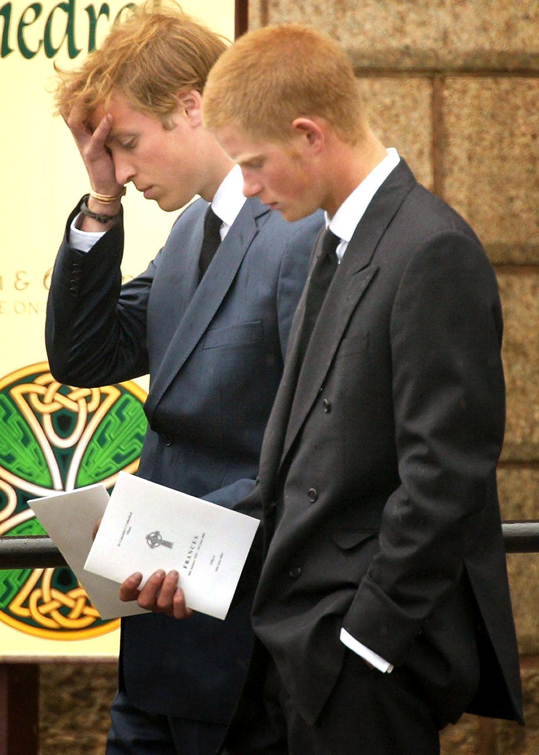 Принц Уильям и принц Гарри следуют за гробом своей бабушки и матери принцессы Дианы