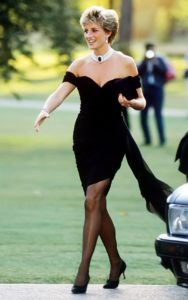Принцесса Диана прибывает в галерею Serpentine в Лондоне в платье Кристины Стамболиан