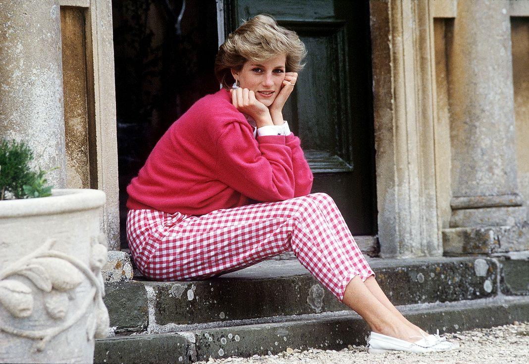 Принцесса Диана сидит на ступеньках своего дома