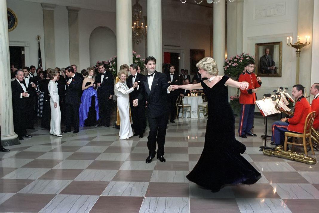 Принцесса Диана танцует с Джоном Траволтой в Кросс-холле Белого дома во время официального ужина