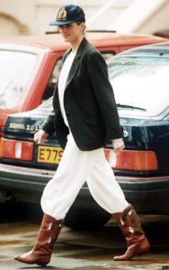 Принцесса Диана в необычном сочетании белых брюк, ботинок, пиджака и бейсболки