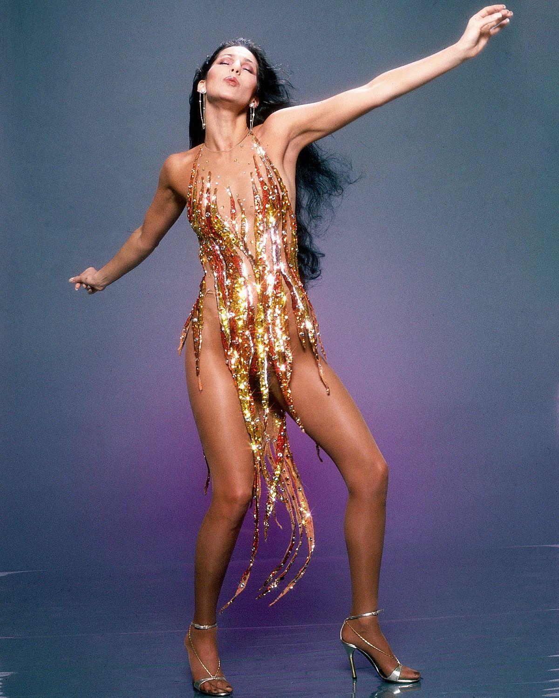 Позируя для модной фотосессии, певица продемонстрировала едва заметный блестящий золотой наряд Боба Маки