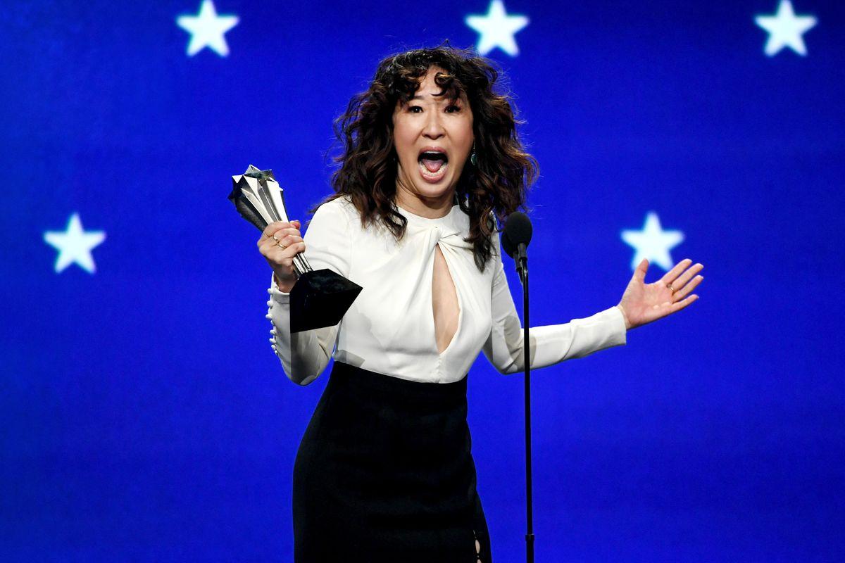 Сандра О получила награду за лучшую женскую роль, за сериал «Убивая Еву» на 24-й ежегодной премии «Выбор критиков»