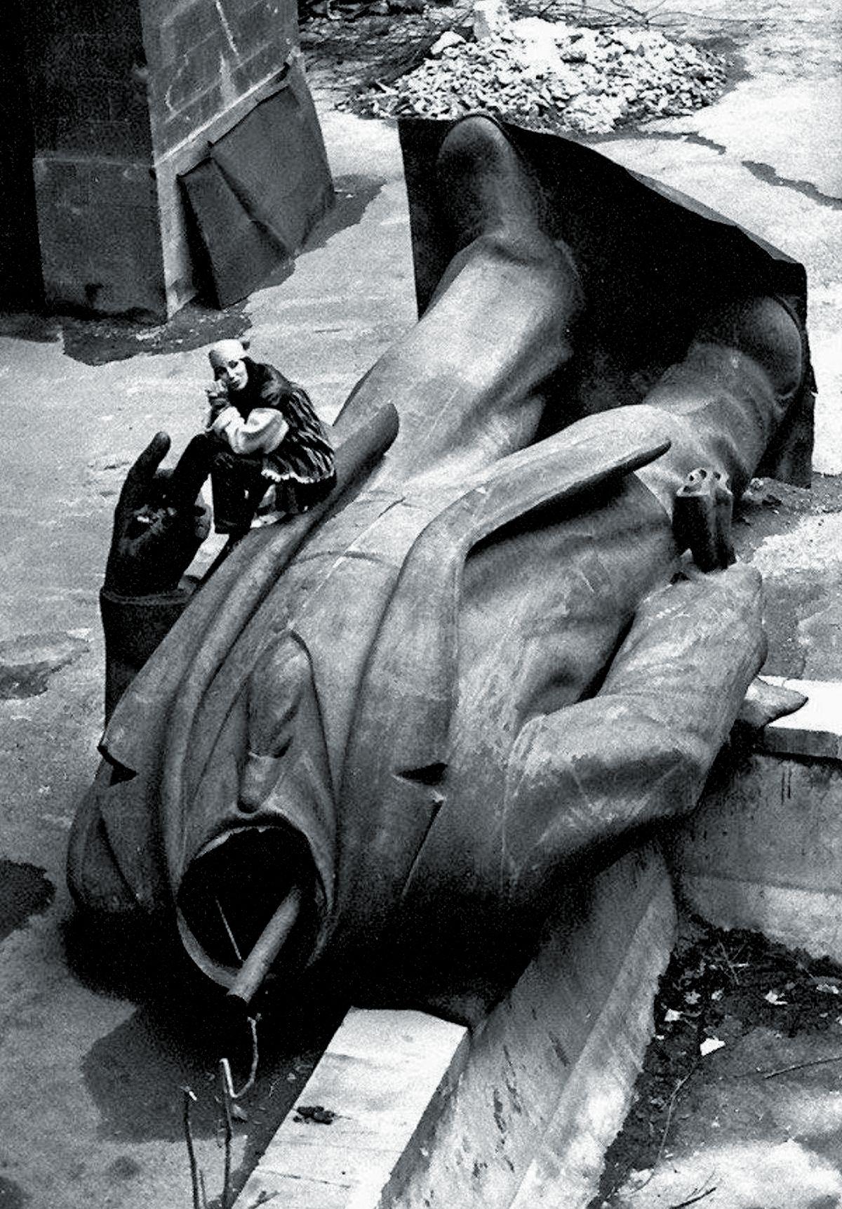Шер сидит на статуе Ленина