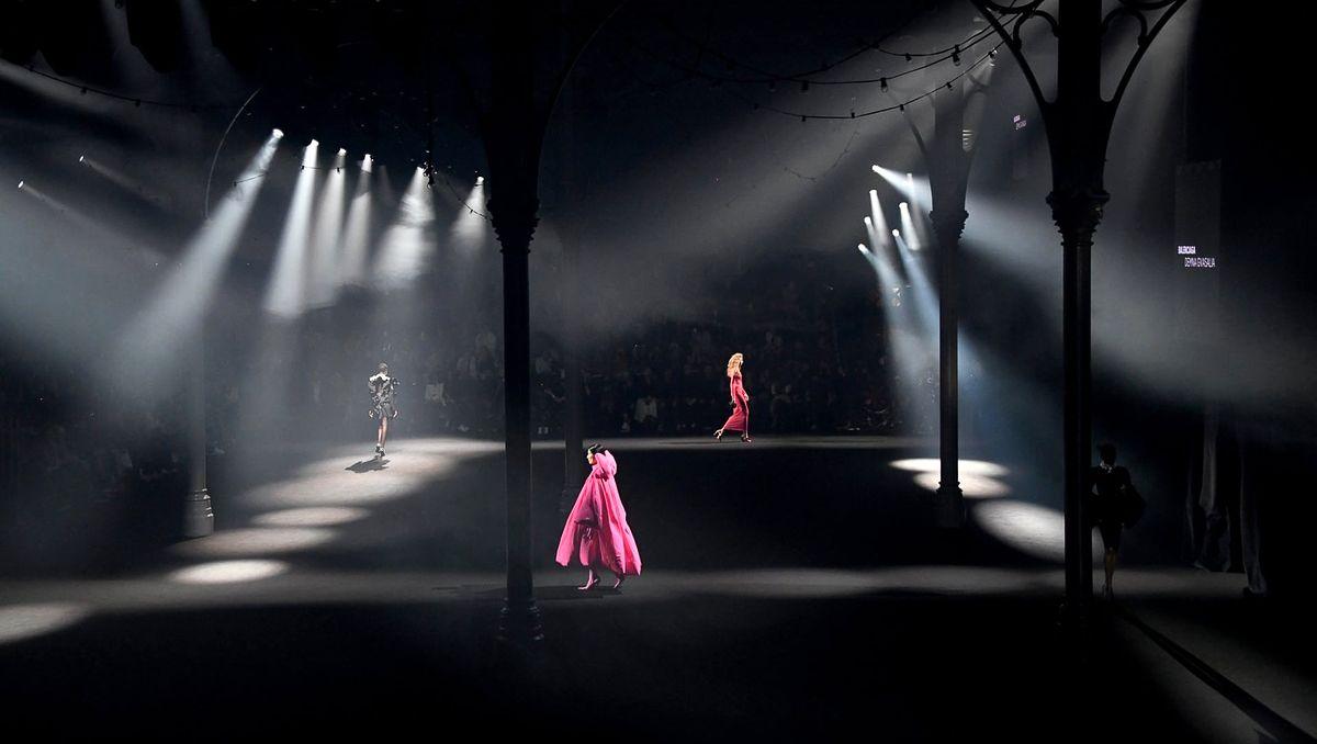 Шоу AZ Factory «Love Brings Love» памяти Альбера Эльбаза закрыло Неделю моды в Париже